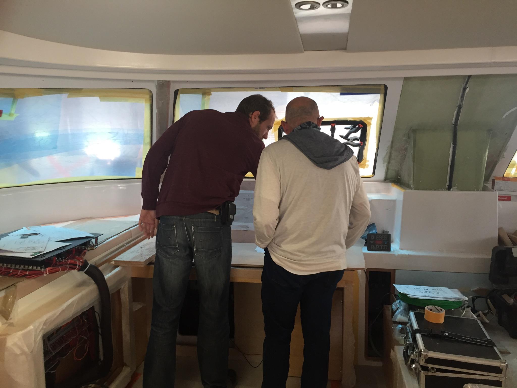 Nautitech firmasında teknık imalat sorumlusu Nicolas Dieuset ile birlikte Mustafa kontrol panosunu gözden geçiriyorlar. Teşekkürler Nicolas!
